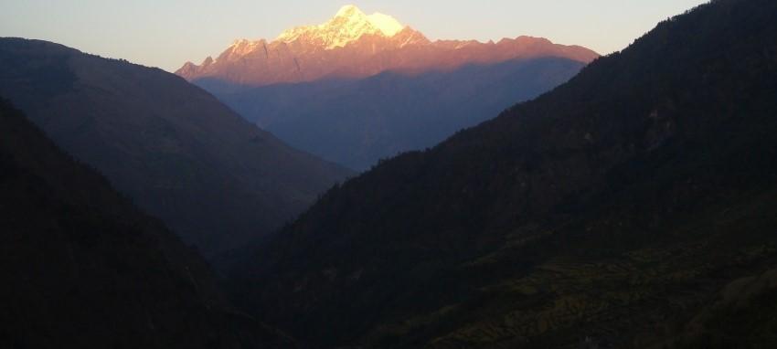 Sentier du patrimoine culturel Tamang - Coucher de soleil vue de Mt.Langtang Lirung du patrimoine trek Tamang