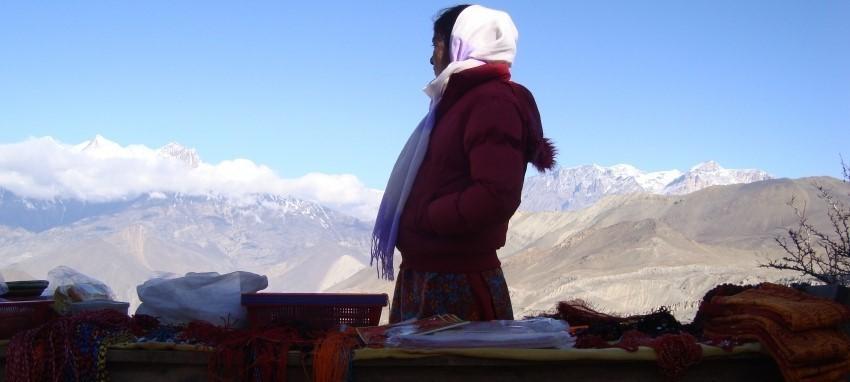 Поход к Джомсому и Муктинатху - Женщина в Муктинатхе, торгующая товарами для паломников